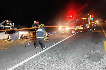 Acidente entre carro e caminhão mata homem de 24 anos